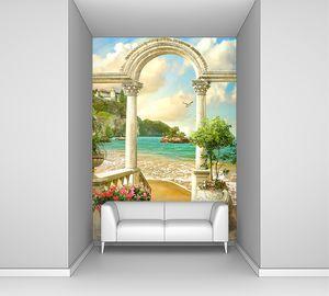 Античная арка на берегу моря