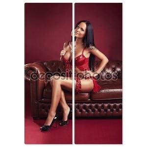 Сексуальная женщина, сидя на диване коричневая кожа