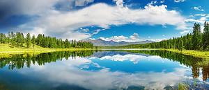 Река с отражением облаков