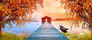 Пирс на осеннем озере