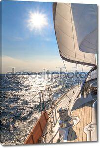 яхта парусная к закату на синем море