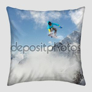 Летающий сноубордист в горах