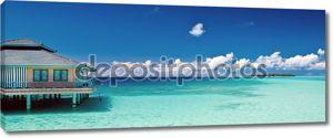 Тропический пляж Панорама с водой хижину и отдаленные острова на Мальдивы