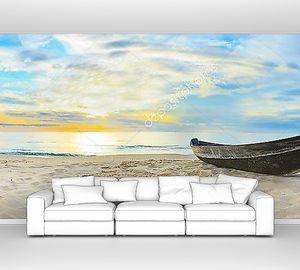Лодка на закатном пляже