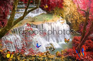 Густой лес водопад с искусственные бабочки