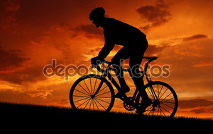 Велосипедист, езда на велосипеде по дороге на закате