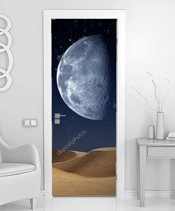 Луна над пустынной планетой