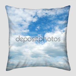 Легкие облака в синем небе