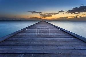 Вуд мост на море на пляж заката в Самуи, Таиланд