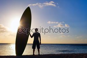 Силуэт человека с весло борту