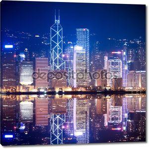 Гонконг отраженный в воде ночью