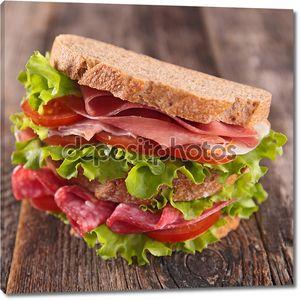 Большой и вкусный бутерброд
