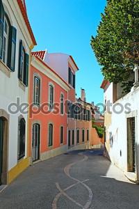 на узкой улице в Лиссабон, Португалия