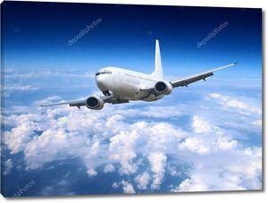 Самолет летит в облачном небе