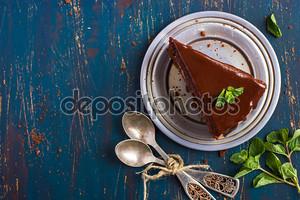 Шоколадный торт с листьями мяты