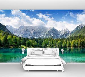 Красивое озеро с горами на заднем плане