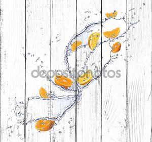 Свежий всплеск воды с апельсинами