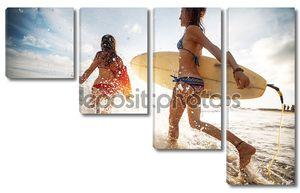 Девушки с досками для серфинга