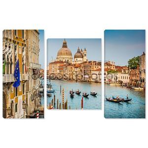 Гондолы на канале, великом на закате, Венеции, Италия