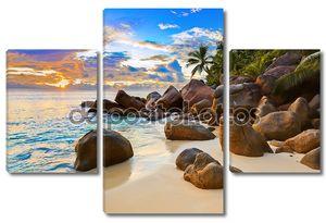Тропический пляж с валунами
