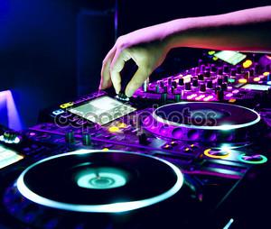 DJ смешивает трек