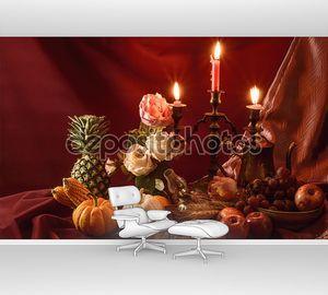 Натюрморт с розами, фруктами и свечах.