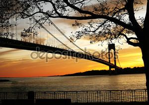 Красивый закат на мосту