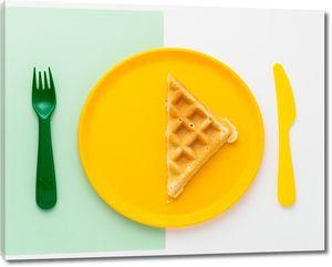 Яркие тарелка и приборы