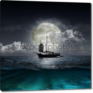 Луна, отражая в озере