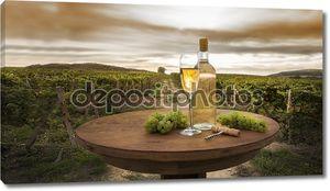 Стол с бокалом вина