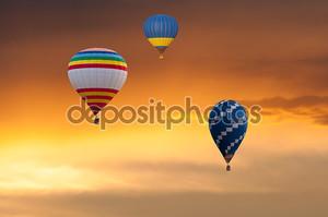 Три воздушные шары в полете на фоне заката небо. Фестиваль цветные шары. Открытый, красочные