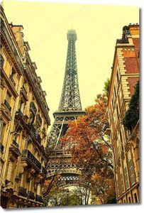 Эйфелева башня в конце улицы