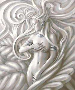 Скульптура красивой женщины с серебряными украшениями