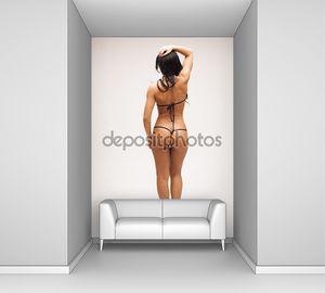 Сексуальная женщина с прекрасным телом в микро бикини