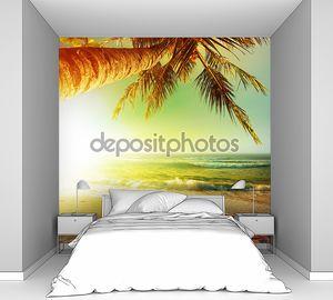 Закат над тропический пляж. Вертикальные урожая