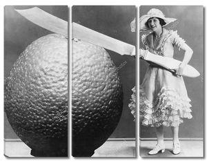 Женщина с огромным ножом и апельсином