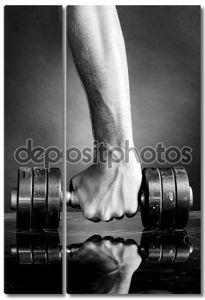 Мужчина рука держит металлическая штанга