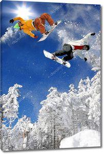 Сноубордисты в снежных горах