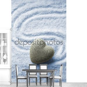 серый дзен камень в форме сердца, на фоне песка