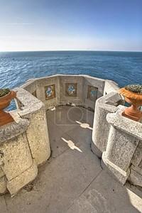 Каменный балкон с видом на море