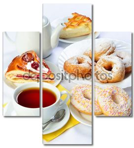 Натюрморт setout таблицы с выпечки, пироги, пончики, чай Кубок и