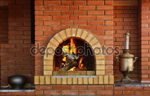 Русский интерьер кухня с духовкой и горящий огонь