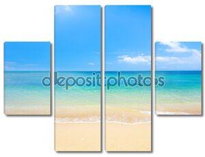 Пляж и бесконечная лазурь моря