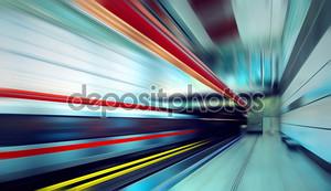 Поезд на скорость в железнодорожная станция
