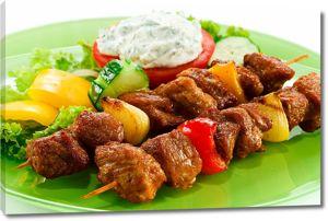 Аппетитные шашлыки с салатом