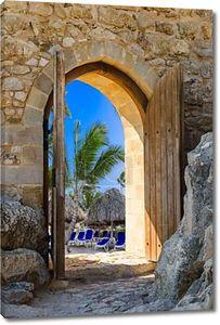 Открытая деревянная арка в крепости