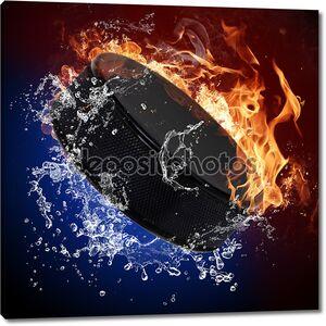 Шайба в огонь пламя и брызгами воды