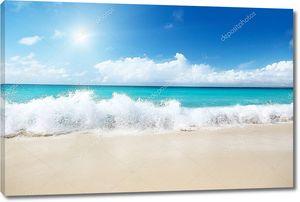 Морские волны на песчаном берегу