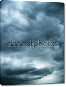 холодные облака в небе ночи
