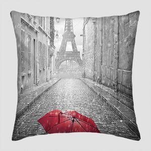 Красный зонт на улице Парижа